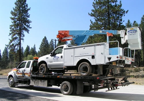 Chiloquin Towing: moving a commercial bucket truck